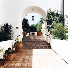 Spanish style homes – Mediterranean Home Decor Exterior Colonial, Exterior Design, Interior And Exterior, Patio Design, Mansion Interior, Exterior Paint, Boho Glam Home, Spanish Style Homes, Spanish House