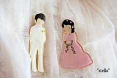 こちらはお客様からオーダーを頂いた作品です。結婚されたご友人へのプレゼントとして小人ブローチのカップルを選んで下さいました。結婚式のお二人の写真を頂き、それを...|ハンドメイド、手作り、手仕事品の通販・販売・購入ならCreema。
