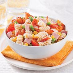 Les enfants raffolent des pâtes Alfredo! Et lorsqu'elles sont garnies de légumes colorés et de bacon croustillant, ils en redemandent!