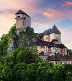 Orava Castle is situated on a high rock above Orava river in the village of Oravský Podzámok, Slovakia. It is considered to be one of the most beautiful castles in Slovakia. Bratislava, Beautiful Castles, Beautiful Buildings, Beautiful Places, Amazing Places, Lichtenstein Castle, Castle Pictures, Excursion, Fairytale Castle