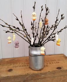 Steen i stugan: Liten virkad kyckling Monster, Craft Gifts, Glass Vase, Crafts, Home Decor, Crochet, Amigurumi, Handcrafted Gifts, Crochet Hooks