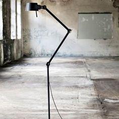 Hoera! Er is een nieuw design icoon: de Tonone Bolt lamp. Tonone heeft goed nagedacht over de moderne looks van deze lamp, als een kameleon blendt de Bolt zich in ieder interieur! Een bijzonder stijlvol ontwerp, gemaakt van aluminium en staal.