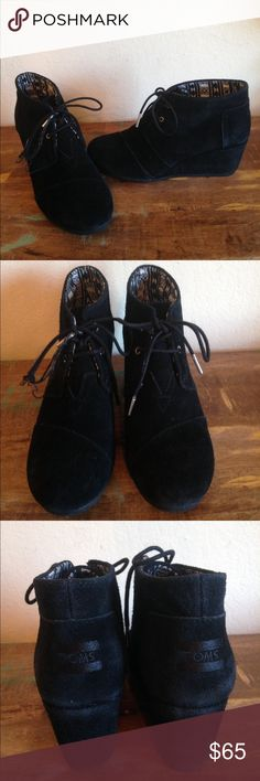 """GREAT COND BLACK TOMS DESERT WEDGE bOOTiE SZ 9.5 Great condition TOMS DESERT WEDGE features a black suede leather, a 3"""" wedge, detailed stitching. These shoes are known for comfort. The boots are in great condition. The right shoelace as featured in last pic is coming unraveled. (P19) Toms Shoes Ankle Boots & Booties"""