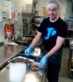Nyt on Simo ollut Juvakodin keittiössä tutustumassa meidän työhön. Yhdessä teimme töitä ja samalla keskustelimme toiminnastamme ja keille kaikille me teemme ruokaa!  Oli tosi kiva juttu, kiitos Simolle! Tässä on mämmin jako kotona asuville asiakkaille menossa! Eli ilahdutamme heitä Juvakodin keittiön mämmillä pitkäperjantaina!