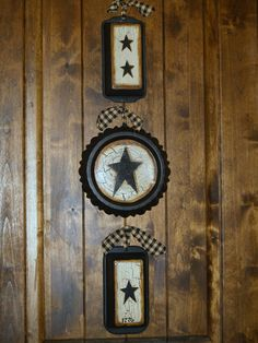 I made me some of these,Dollar Store pie plate,bread pans,my best friend(Spray Paint) ,piece of jute to hold together decorated and added rag bows! Primitive Living Room, Primitive Country, Country Farmhouse, Primitive Decorations, Primitive Crafts, Country Crafts, Country Decor, Toliet Paper Holder, 3d Star