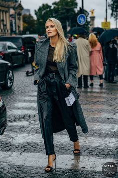 Kate Davidson Hudson after the Chanel fashion show. The post Paris SS 2020 Street Style: Kate Davidson Hudson appeared first on STYLE DU MONDE Fashion Week Paris, Paris Street Fashion, Nyc Fashion, Look Fashion, Daily Fashion, Winter Fashion, Chanel Fashion, Looks Street Style, Looks Style