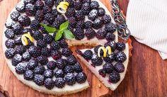 Rezept für eine leichte Low Carb Buttermilch-Brombeertorte: Die kalorienarme Buttermilch-Kühlschrank-Torte wird nicht gebacken und ohne Zucker und Getreidemehl zubereitet