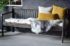 Stilig sofa i massiv og tykke bambus-rør. Gråfarget.Kan styles i mange kule varianter med puter og tepper. Kan også benyttes som spisesofa.Bredde: 195 cmRygghøyde: 90 cmSittehøyde: 50 cm