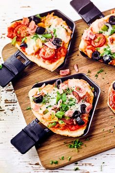 With our raclette pizza recipe, we prove that you don& need a stone oven to bake pizza: individual mini-pizzas are made on the table grill from fresh ingredients faciles gourmet de cocina de postres faciles pasta saludables vegetarianas Pizza Raclette, Fondue Raclette, Raclette Ideas, Mini Pizzas, Pizza Recipes, Gourmet Recipes, Easy Recipes, Biscuit Recipe, Sweets