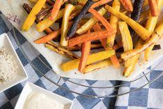 Ook groenten lenen zich prima om friet van te maken. Weliswaar worden ze niet zo knapperig als van aardappelen, maar een bite hebben ze zeker. Fodmap Recipes, Vegan Recipes, Potato Vegetable, Multicooker, Low Fodmap, Salad Dressing, Healthy Snacks, Carrots, Oven