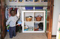 ARMARIOS MONTESSORI    Una de las características de los armarios Montessori es que son accesibles al niño. Su ropita está a s...