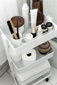 6 IKEA Hacks mit dem RASKOG Servierwagen How to organize and style your home with a rolling cart. The post 6 IKEA Hacks mit dem RASKOG Servierwagen appeared first on Badezimmer ideen. Ikea Hack Bathroom, Bathroom Organization, Organization Hacks, Small Bathroom, Bathroom Cart, Unit Bathroom, Clothing Organization, College Organization, Ikea Kitchen