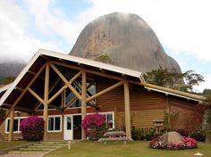 Entrada do Parque, ao fundo a Pedra Azul e a Pedra do Lagarto junto à ela, em Domingos Martins - ES - Brasil