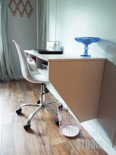 DIY Furniture Plans to Build a Wide Wall Mounted Desk I love this desk… It is simple and the perfect piece with a modern touch. The DIY furniture plans to build a Wide Wall Mounted Desk featu…