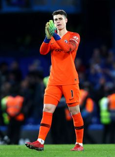 Kepa Arrizabalaga of Chelsea FC applauds the crowd after the Premier League match between Chelsea FC and Huddersfield Town at Stamford Bridge on February 2019 in London, United Kingdom. Get premium, high resolution news photos at Getty Images Football Players Images, Football Pictures, Chelsea Fc Players, Chelsea Fc Wallpaper, Soccer Guys, James Rodriguez, Stamford Bridge, Chelsea Football, World Football
