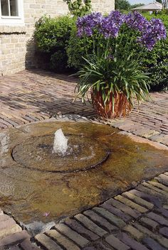 a shallow recirculating fountain – An Element of Modern Garden Design by architectum, via Flickr Dog Water Fountain, Patio Fountain, Water Fountains, Rock Fountain, Outdoor Fountains, Garden Fountains, Garden Ponds, Garden Tips, Garden Ideas