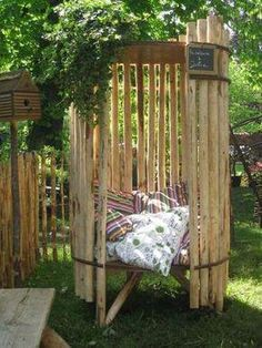 Se faire un petit coin relax dans le jardin! 20 idées inspirantes… #DécorationIntérieureRécupération Outdoor Furniture, Outdoor Decor, Playground, Small Gardens, Backyard, Pallet, Planters, Room, Outdoor Structures