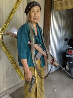 Brutalnya Bandara AS, nenek-nenek pun dibugilin ! Memes Funny Faces, Funny Jokes, Hilarious, Humor Mexicano, Perspective Photography, The Golden Years, Cartoon Jokes, Female Soldier, Military Women
