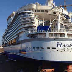... and they finally started to install the Ultimate Abyss slide sections on the back of the Harmony of the Seas.