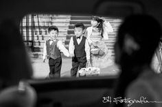 Antes de entrar a la iglesia para su casamiento, sus sobrinos la esperaban ansiosos.  Bodas en Bs. As.  Fotografos de casamientos en Argentina.