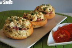 Panecillos mini con tomate, brie y jamón serrano
