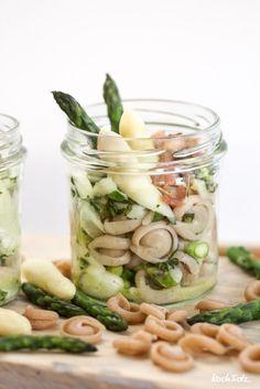 Einfacher Nudelsalat mit roh mariniertem Spargel