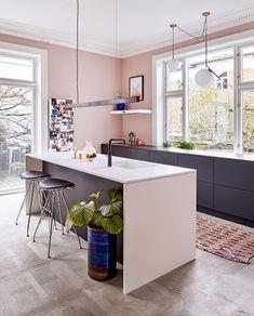 Kitchen Corner, Kitchen Dining, Kitchen Decor, Black Kitchens, Cool Kitchens, Prado, Oak Floating Shelves, Best Kitchen Sinks, Kitchen Cabinet Storage