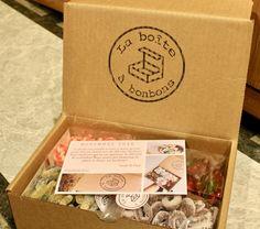 Grâce à La boîte à bonbons, il est possible de recevoir 1kg de bonbons à ta porte chaque mois. Ce n'est-tu pas assez fantastique?