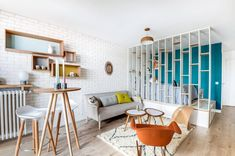 L'agencement bien pensé de l'espace de vie de ce petit appartement près de Paris