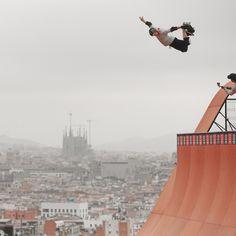 #Skate in the #sky: una de las pruebas de los 'X Games Barcelona 2013', ubicada en un punto emblemático de la montaña de Montjuïc, ¡con unas vistas increíbles! #Barcelona #xGames