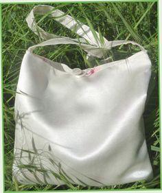 Kit de Mini-Pochette, satin de soie/coton écru, doublée voile de coton imprimé fleurs roses. Prix du kit prêt-à-coudre, tissu déjà coupé : 11 €