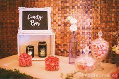 Para la mesa dulce (candy bar) utilizamos una puerta antigua pintada en tono rosa pastel sobre unas cajas de fruta antiguas para darle una altura adecuada. Además añadimos cartelería con el fondo de pizarra pintado a mano y unos carteles luminosos. Decorado con una guirnalda de eucalipto y unos toques de paniculata, lisianthus blanco. Una boda rústica con un toque personal.  Foto: https://lorenphotography.wordpress.com/
