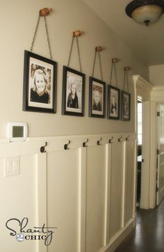 Wall Art ~ Gallery Frames Easy & cheap DIY project to fill a big wall - no power tools needed. Frames on chains on finials.Easy & cheap DIY project to fill a big wall - no power tools needed. Frames on chains on finials. Diy Wand, Gallery Frames, Gallery Wall, Mur Diy, Picture Frame Display, Picture Collages, Art Collages, Shanty 2 Chic, Diy Wall Art