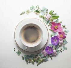 Coffee and art, what a great combination! jag håller fast vid att sommaren fortfarande är här och passar på att vara kreativ när lillkillen sover #mycupofcoffee #josefinsfloraldesign #coffeeandseasons