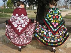 trajes bordados a mano. Traje extremeño Raggedy Ann, Merida, Fashion Story, Dance Dresses, Vera Bradley Backpack, Traditional Dresses, Spain, Costumes, Embroidery