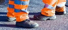 Beschermende kleding. Vaak zorgt werkkleding voor thermische isolatie of voor herkenbaarheid (bedrijfskleding al dan niet voorzien van reflecterende strepen). Maar werkkleding kan ook bedoeld zijn om bescherming te beiden aan infrarood- en ultravioletstraling of aan vervuiling. http://www.arboportaal.nl/onderwerpen/beschermende-kleding