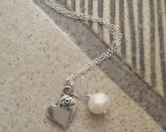 A pearl, symbol of purity and constancy of love. What better gift than one that symbolizes your love for a friend, a parent, a wife, a girlfriend or sister?