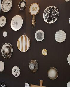 borden aan de muur Dining Room Walls, Living Room Kitchen, Living Room Decor, Plate Wall Decor, Plates On Wall, Plate Art, Plate Design, Hanging Art, Porcelain Ceramics