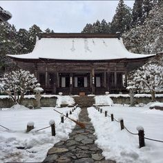 #Kyoto: The Shore-in Temple is located just beside the famous #Temple Sanzen on the northern side of this #Japanese city. The temple is exceptionally beautiful during its night time illumination. Photo taken Tomohiro Kohdono. #localculture #Japan #comissionculture #snow #winter