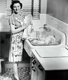 A housewife. Great ideas for a retro kitchen Housewife Humor, 1950s Housewife, Vintage Housewife, Look Vintage, Vintage Apron, Vintage Wife, Retro Vintage, Vintage Movies, Vintage Prints