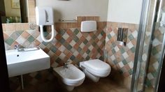 Bagno camera Suite Andromeda www.borgosanmartino.eu Toilet, Sink, Bathroom, Home Decor, Self, Sink Tops, Washroom, Flush Toilet, Vessel Sink