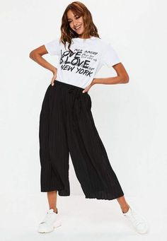 From work trousers, cargo pants to leather trousers. Black Cullotes Outfits, Cullotes Outfit Casual, Black Culottes Outfit Casual, Work Trousers, Trousers Women, Pants For Women, Black Pleated Culottes, Culotte Style, Casual Summer Outfits