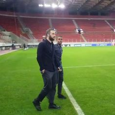 """Video (@ghsiemprearg) su Instagram: """"La banda visita el estadio donde mañana se enfrentará al Olympiacos en Champions League ⚽…"""""""