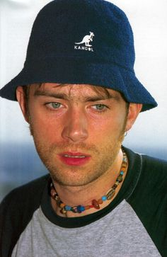 That hat 🎩 Damon Albarn Gorillaz, I Need Friends, Outfits Hombre, Blonde Boys, Jamie Hewlett, Britpop, Record Producer, Blur, Rock Music