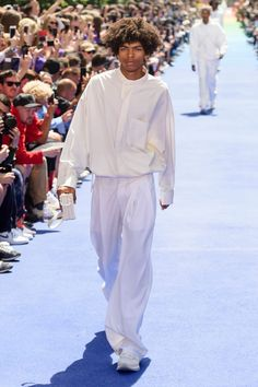 Every Look From Virgil Abloh's Debut Louis Vuitton Collection Yeezy Fashion, Mens Fashion, Paris Fashion, Virgil Abloh Louis Vuitton, White Outfit For Men, Louis Vuitton Collection, Outfit Sets, Menswear, Normcore