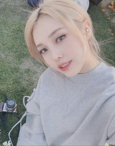 Korean makeup tips; Soak your nails in a cupful of lukewarm milk to hydrate them as well as prevent them from peeling. Uzzlang Girl, Korean Beauty, Asian Beauty, Korean Girl, Asian Girl, Pony Makeup, Mode Ulzzang, Blonde Asian, Korean Makeup Tutorials