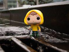 Что ещё делать в дождливое воскресенье? 🌧️ Идти под дождь мокнуть, мочить камеру. И все ради одного фото фанко Джорджи из фильма Оно. ⠀ В…