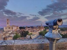 La storia di Perugia in breve - Perugia è il capoluogo dell'Umbria e dell'omonima regione. Ha 165.840 abitanti. L'acropoli di Perugia è a 450m s.l.m. e il suo punto più alto è Porta Sole a 494m s.l.m. Un concentrato unico di panorami e storia le cui origini risalgono agli etruschi, nel XI e X sec a.C (clicca sull'immagine per continuare a leggere...) #umbriainpin
