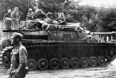 Mitrailleuse MG-34 en batterie (son bipied a été conservé), les hommes s'affairent sur ce StuG IV dont les jupes blindées sont manquantes.