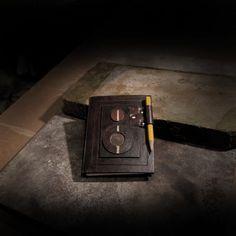Bloček Flexaret Bloček Flexaret je zhotoven z kvalitního kartonu. Originálním způsobem je vyřešeno uchycení tužky v kožené objímce. Rozměry: 9 x 11,5cm. PS: Až popíšete všechny listy, tak není nic jednoduššího, než v papírnictví koupit náhradní bloček a zasunout do kapsičky a psát dál... PS: Na zhotovení nebyl použit jediný překupovaný komponent, vše zhotoveno ...